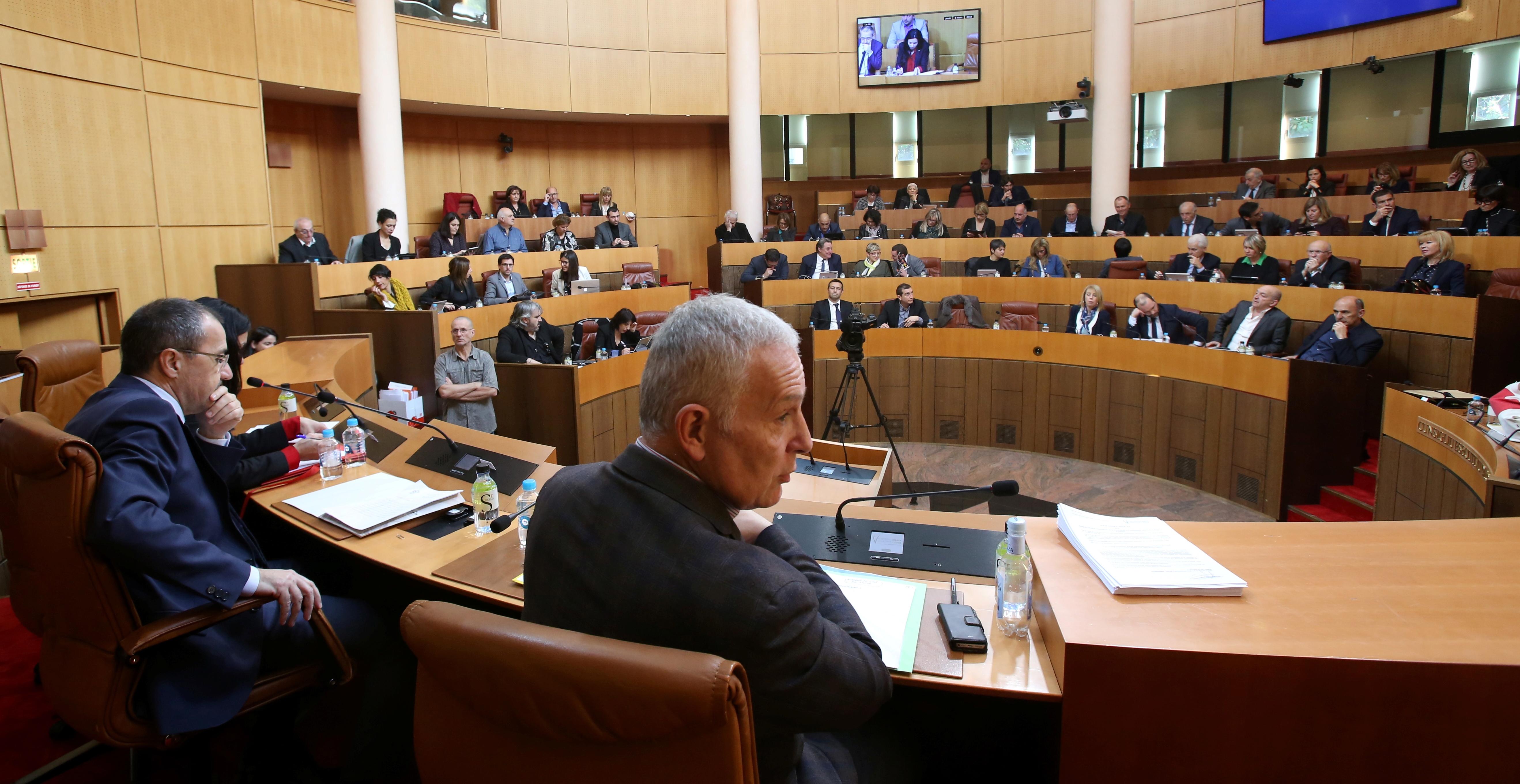 Réforme constitutionnelle : Les réactions des groupes politiques