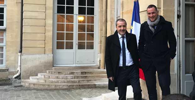 Le président de l'Assemblée de Corse, Jean-Guy Talamoni, et le président du Conseil Exécutif de la Collectivité de Corse, Gilles Simeoni, sur le perron de Matignon, juste avant la rencontre avec le Premier ministre.