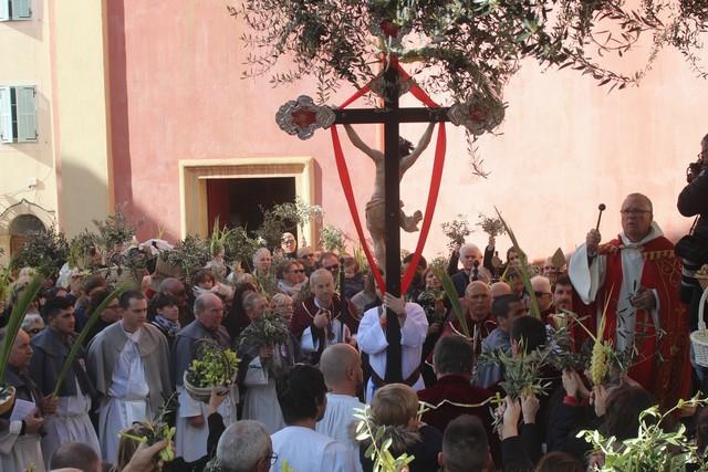 Foule pour la bénédiction des Rameaux à Calvi