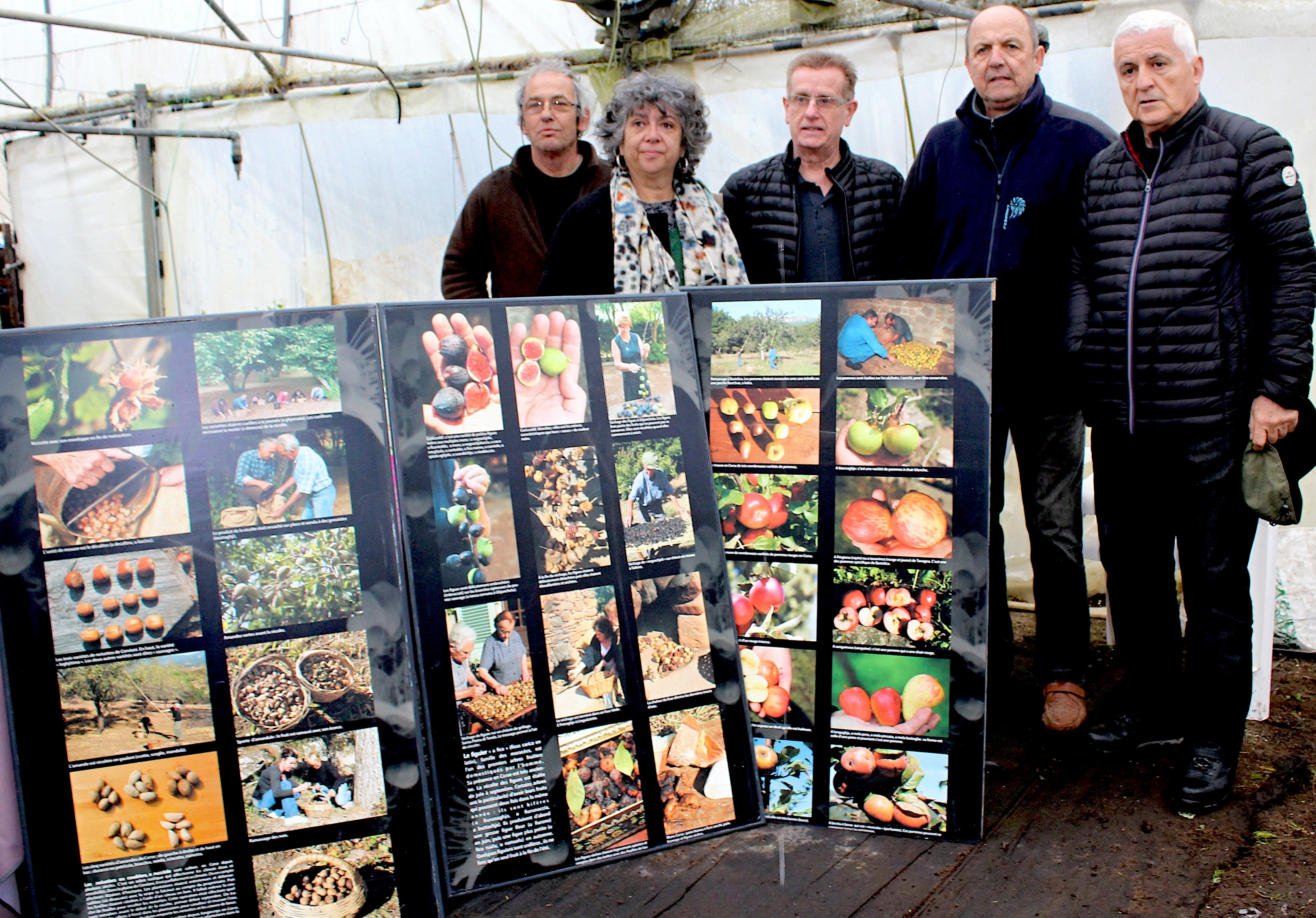 Une présentation de différents fruits sur des panneaux explicatifs avec Ruth Stegassy et Jean-Pierre Bolognini