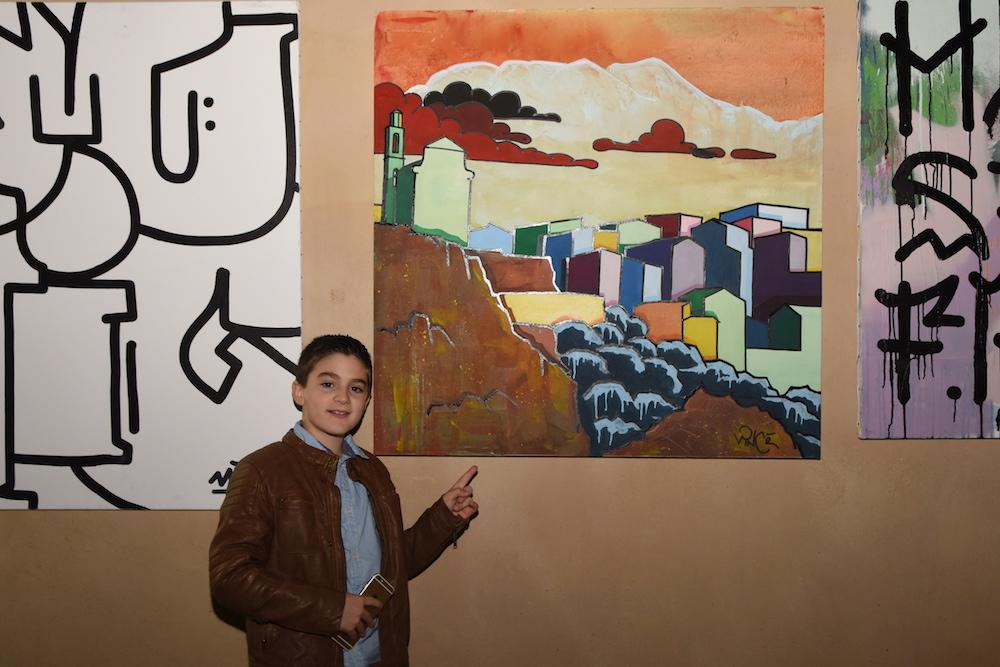 Nicolas, 9 anni, davant'à a so tela preferita