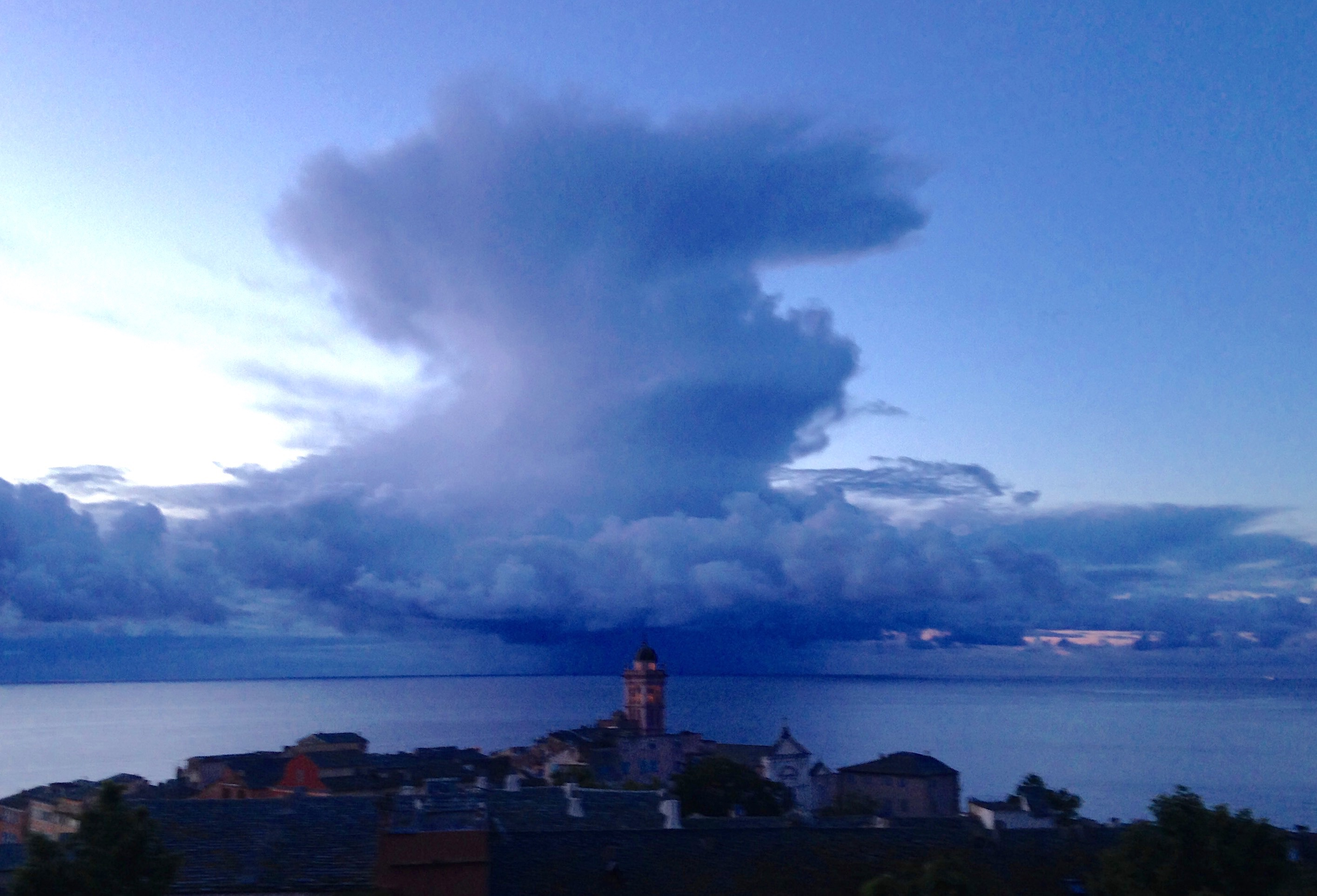 La photo du jour : Cumulonimbus sur Bastia ?