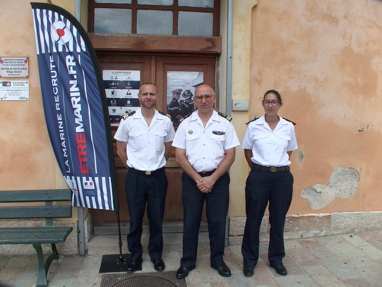 Le capitaine de frégate Yann Bizien (au centre), le maître Marc (à g) et le matelot Lena ont présenté les différentes carrières proposées par la Marine Nationale