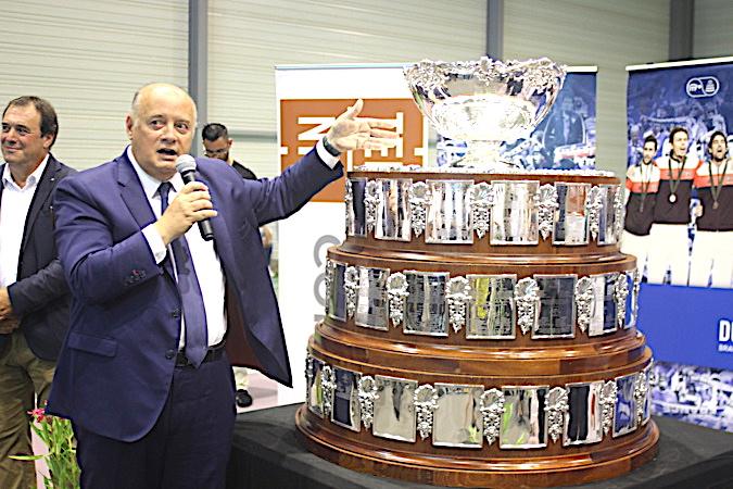 Bernard Giudiicelli, président de la FFT, présente la coupe Davis au ntre territorial de la Ligue Corse de Lucciana