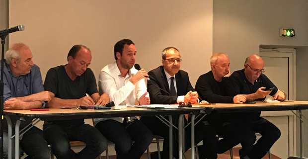 Esteban Saldana, entouré du président de l'Assemblée de Corse, Jean-Guy Talamoni, et des élus de la micro-région, lors de la réunion publique.