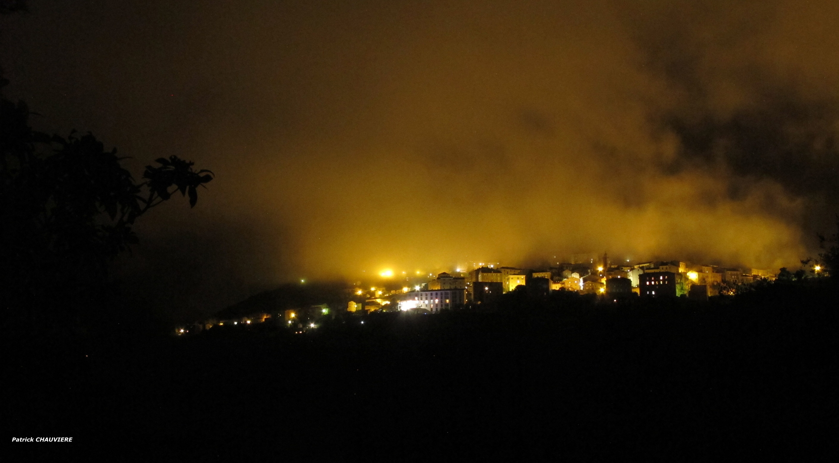 La photo du jour : Nuit brumeuse sur Sartene