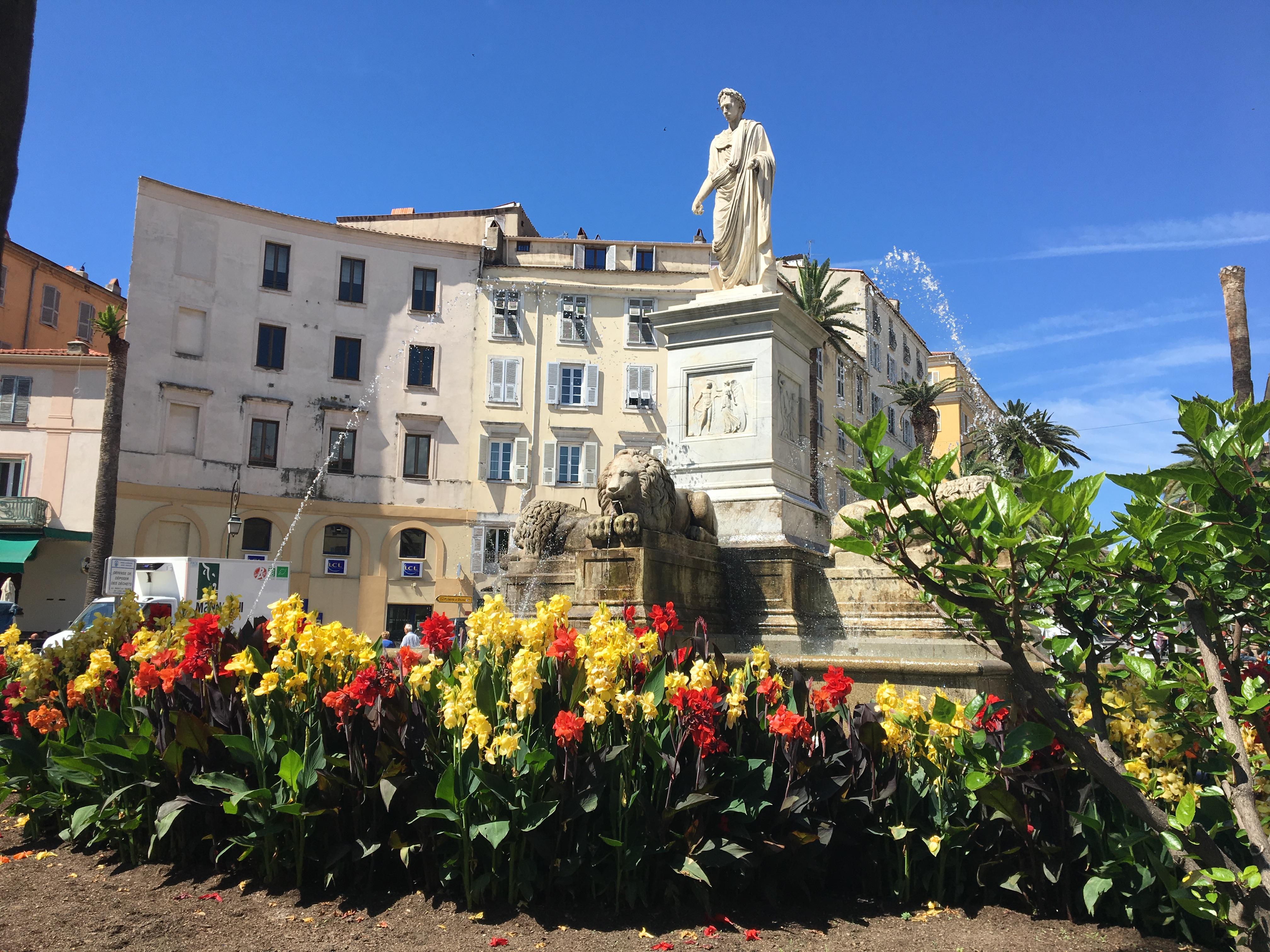 La photo du jour : Les fleurs, le Soleil et la place Foch