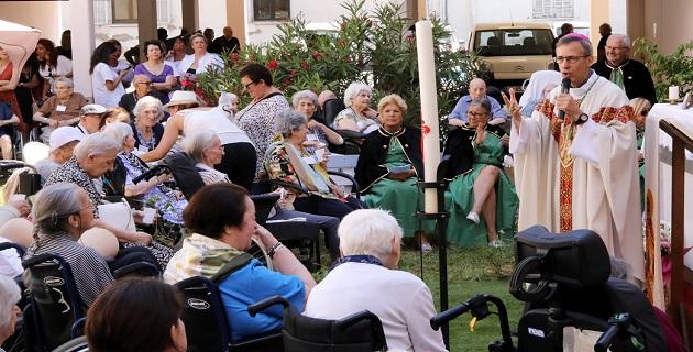 Monseigneur de Germay célébrant la messe dans les jardins de l'hôpital Eugénie / Photo Michel LUCCIONI pour CNI