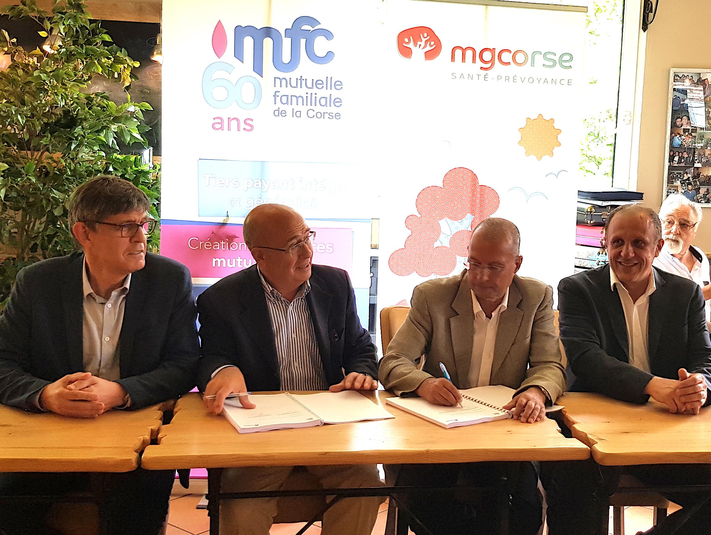 Michel Pantanacce et François Vincensini (Au centre), ont signé le document actant la décision de leurs délégués venus de toute la Corse