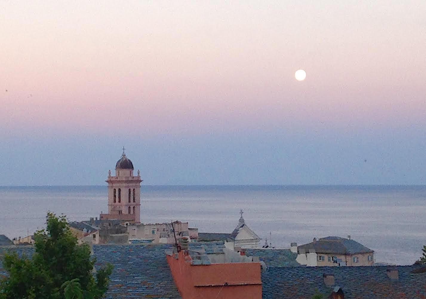 La photo du jour : Quand Bastia se pare des couleurs du crépuscule