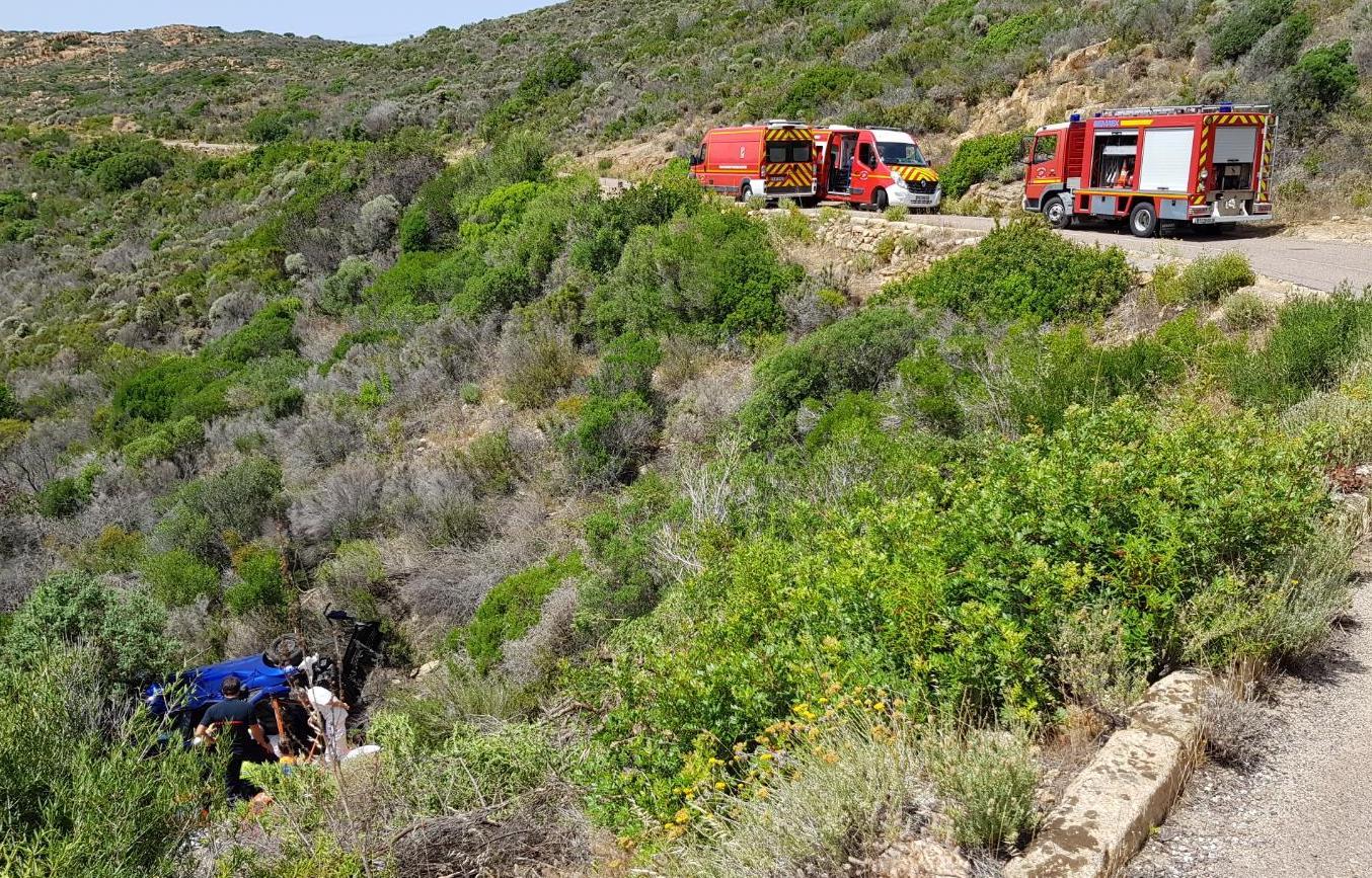 Galeria : Des vacanciers perdent le contrôle de leur véhicule et se retrouvent 20 metres plus bas