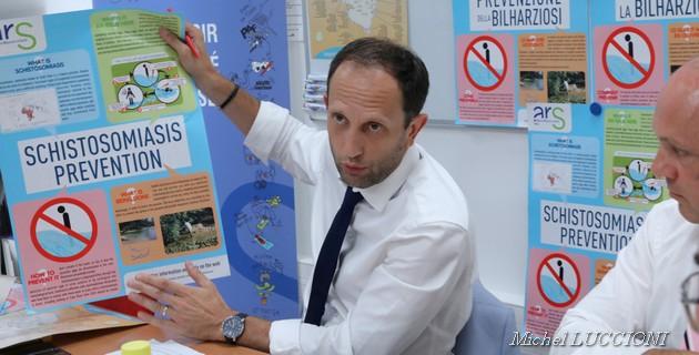 Joseph Magnavacca directeur de la santé publique et du médico-social présente l'affiche de prévention