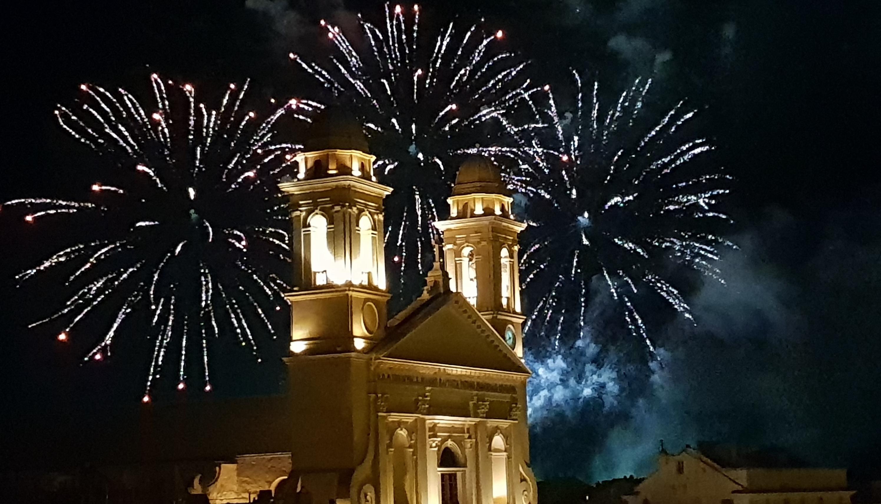La photo du jour : San Ghjuva dans le feu d'artifice