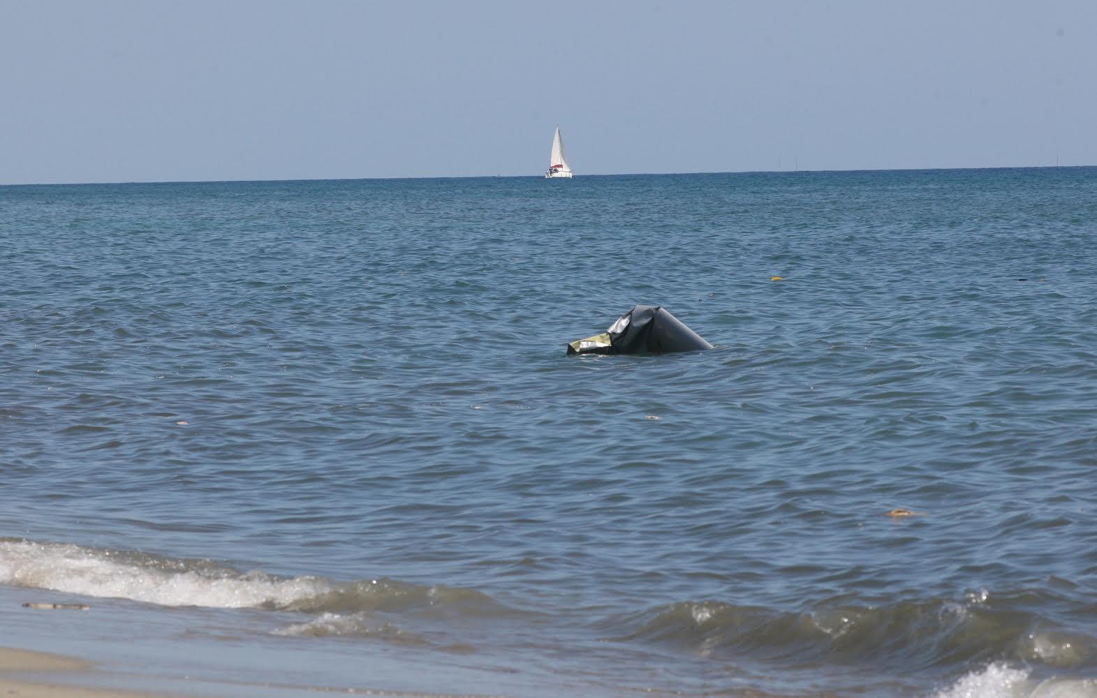 Les restes du petit avion à quelques mètres du rivage