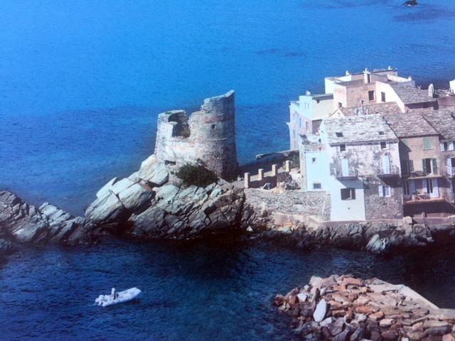 L'ouvrage de Michel Luccioni et Alain Gauthier : La montagne dans la mer où l'île dans son écrin naturel