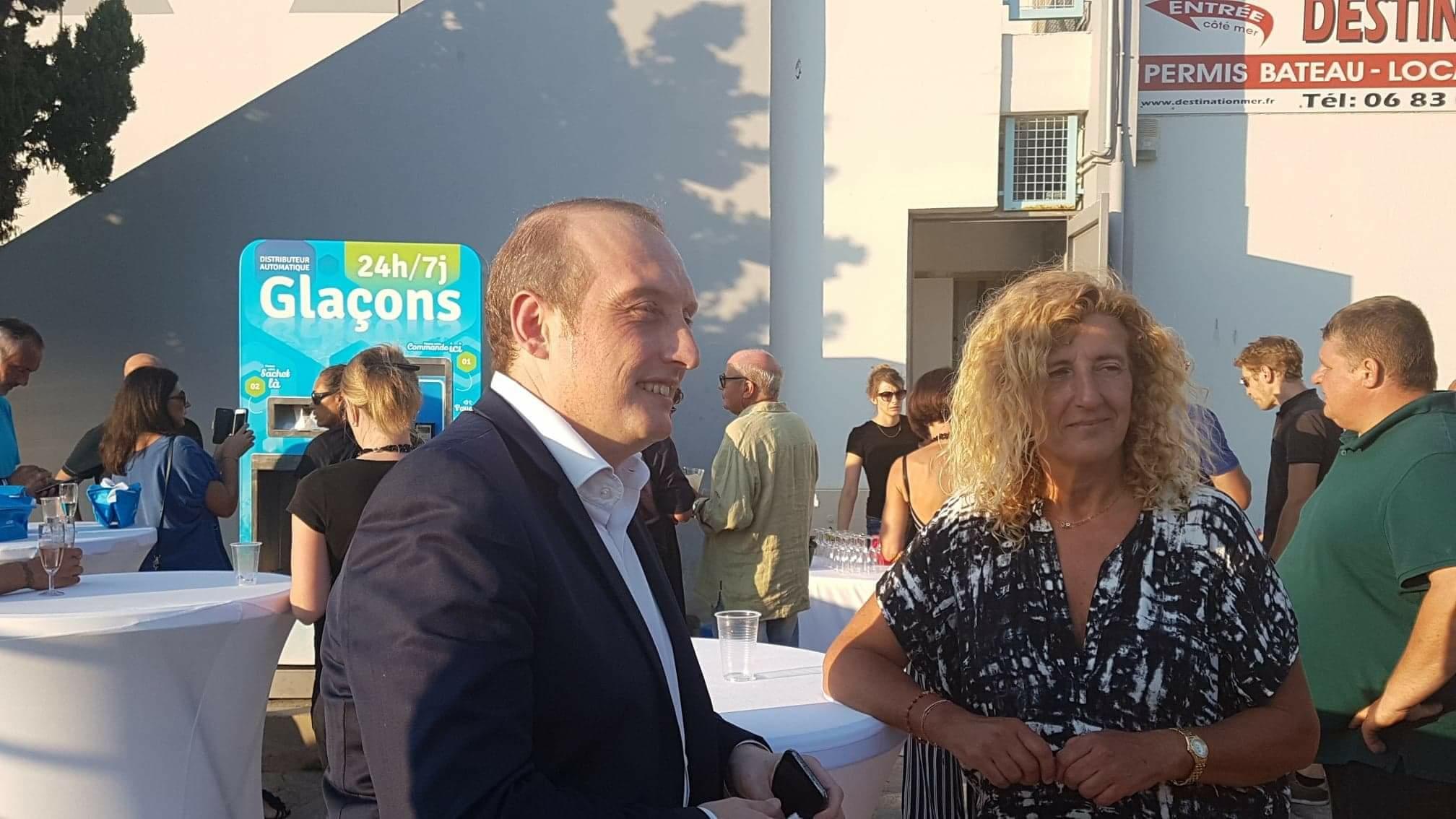 Le Maire d'Ajaccio Laurent Marcangeli est venu découvrir la premier distributeur de Kiosk'Ice dans la cité impériale (crédit photo : D.R)