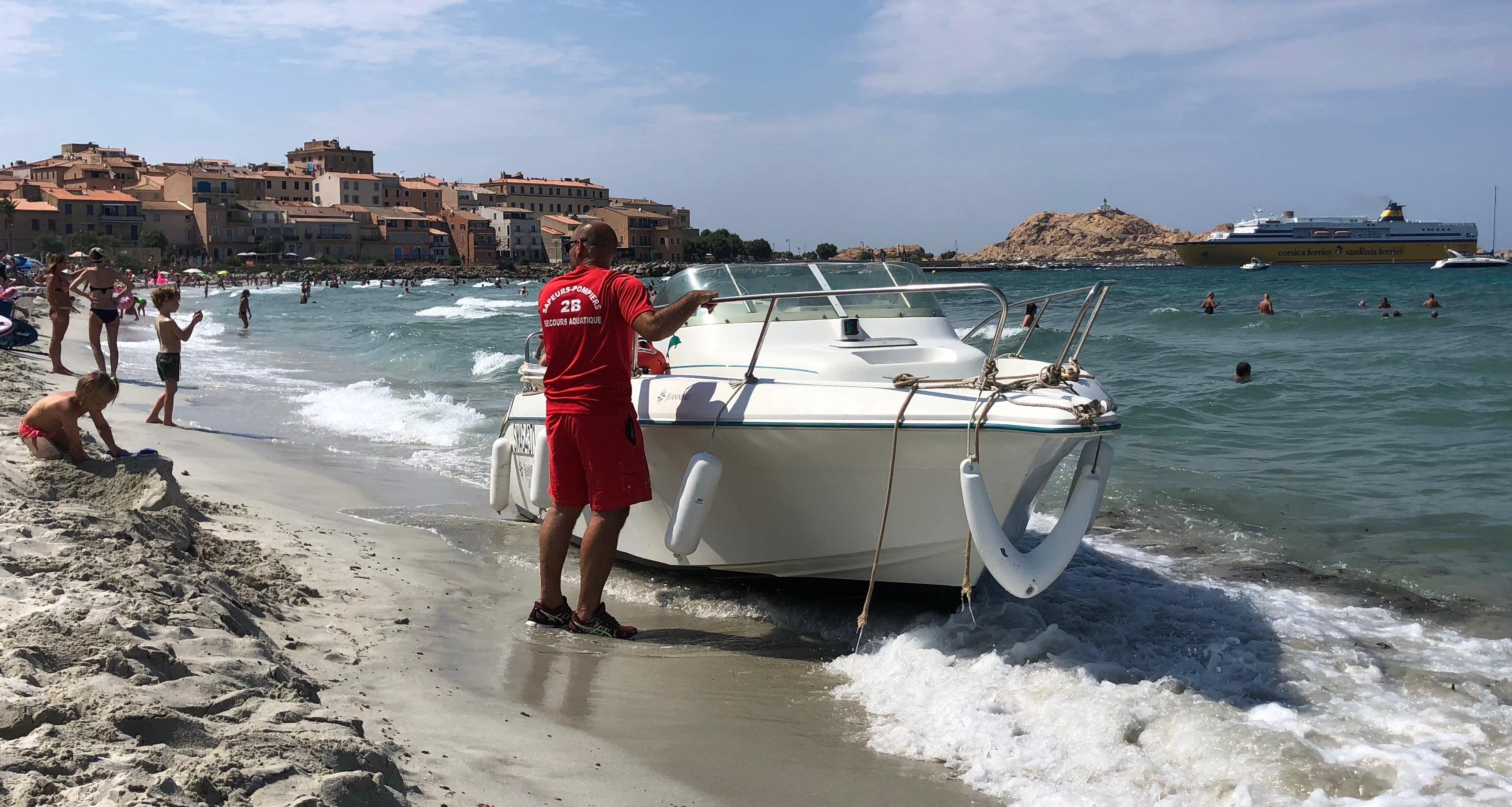 Un bateau échoué sur la plage de Lisula