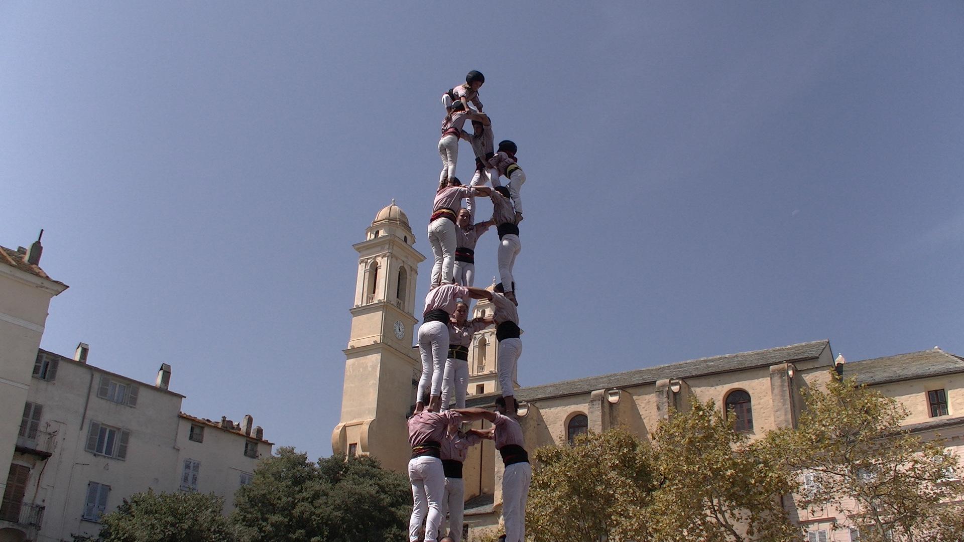"""Un """"castell"""" de 8 étages de 10 m de haut sur la place du marché à Bastia"""