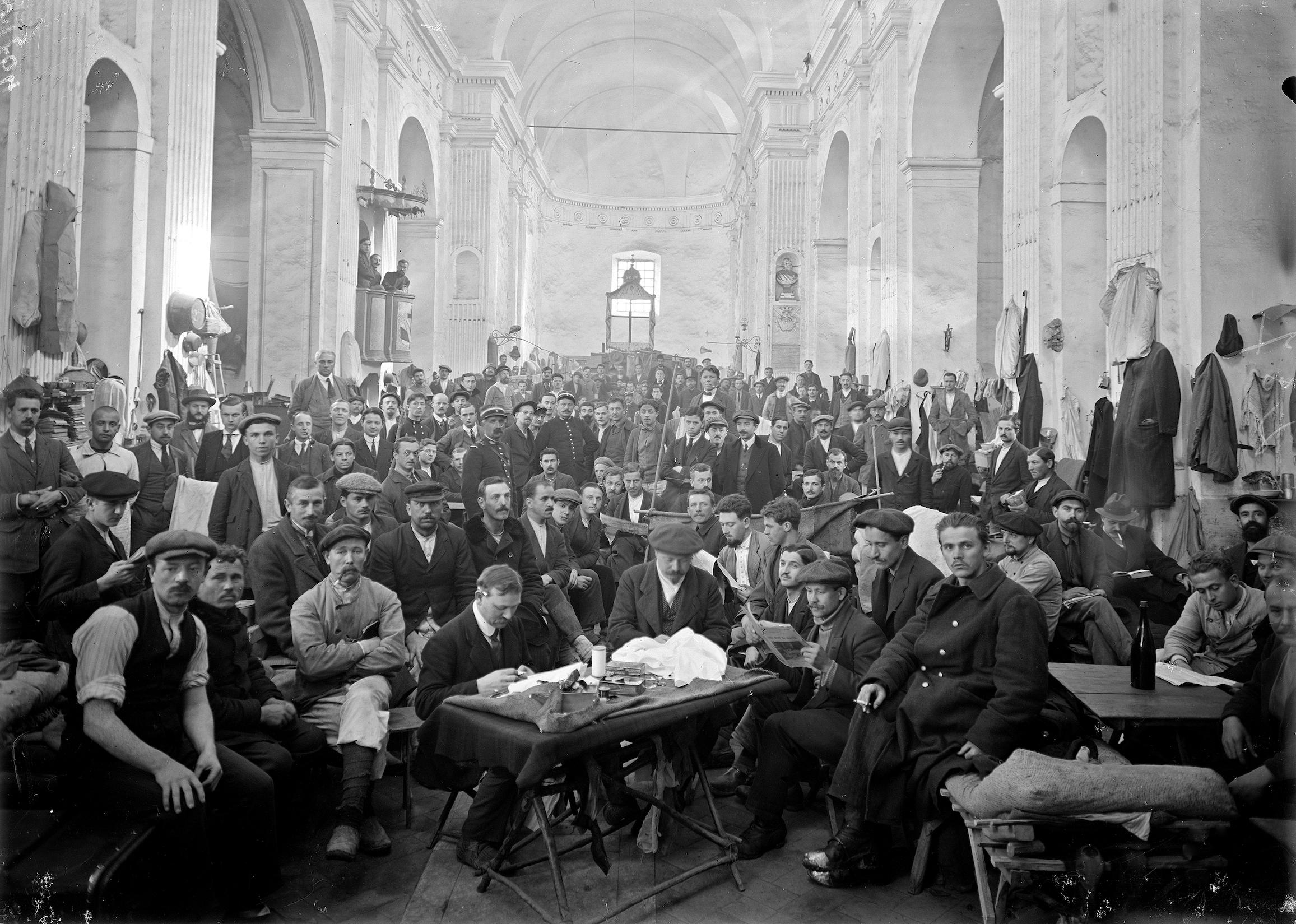 Un rassemblement d'internés dans l'église de l'Annunziata