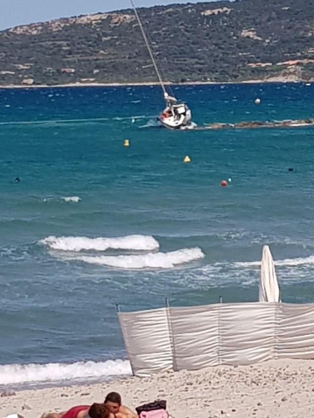 Echoué sur la plage de Calvi, un voilier remorqué par la vedette de la SNSM