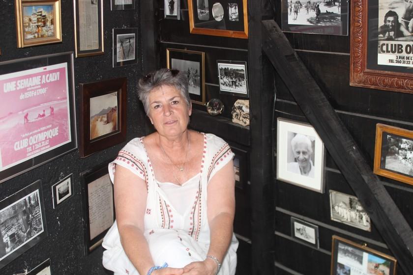 Johanna dans la black room avec sur sa gauche le portrait de son père Lionel