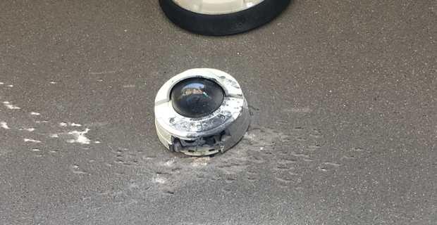 La caméra de surveillance placée au-dessus de la porte d'entrée de la mairie a été détruite.
