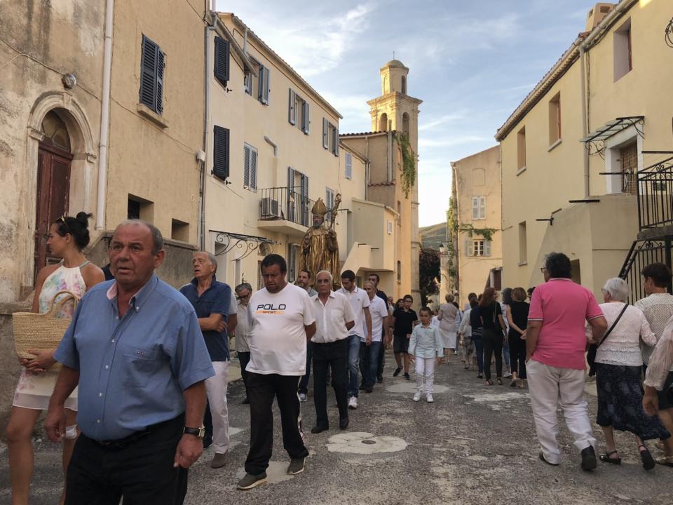 Procession dans les rues de Montemaiò