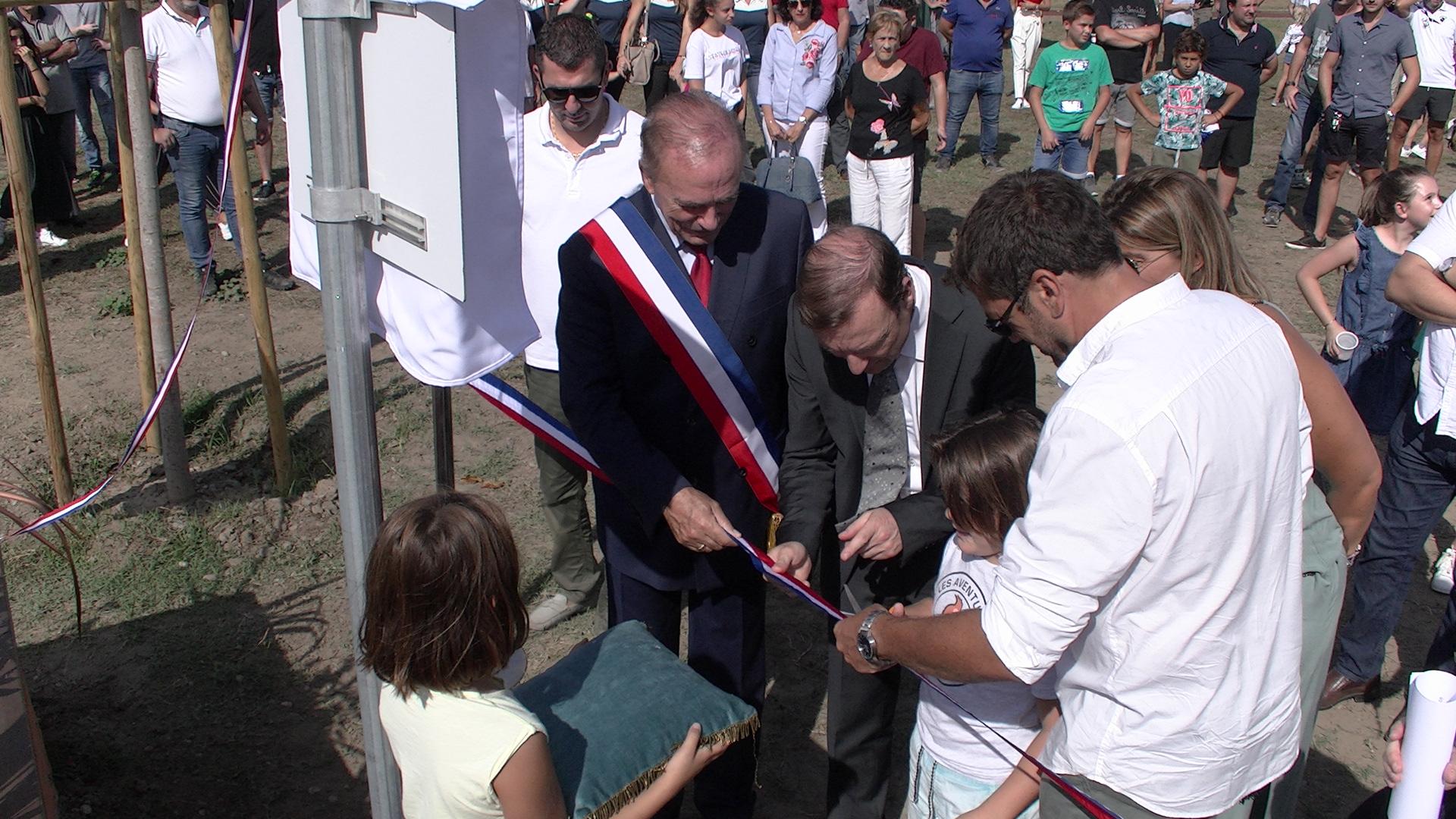 Un des petit-enfants du défunt Paul Rossi a coupé le ruban officiel lors de l'inauguration du Parc des Sport Paul-Rossi