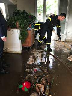 Opération de nettoyage des maisons par les pompiers.