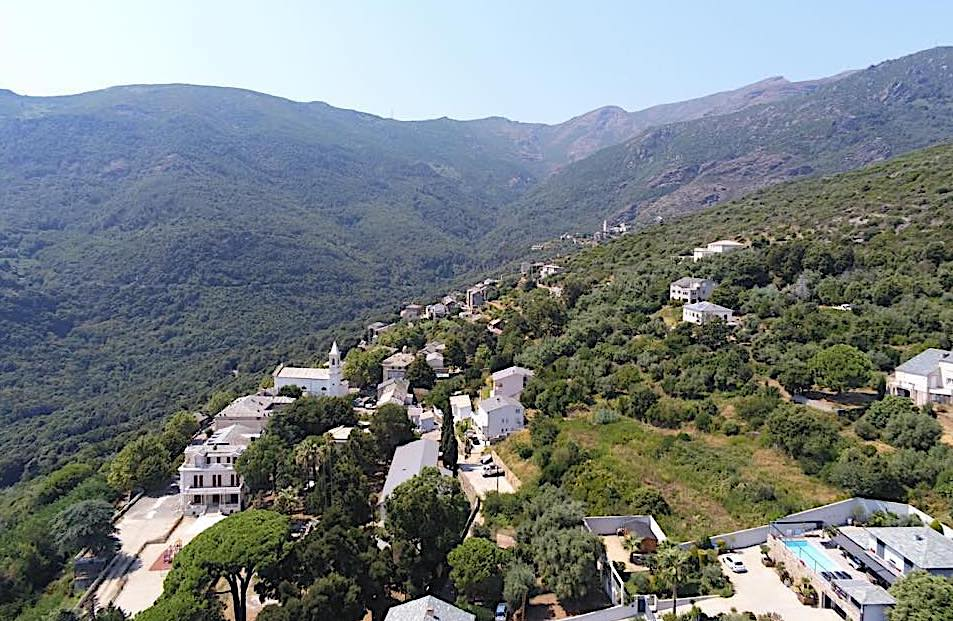 La photo du jour : Figarella accroché à la vallée de Lota