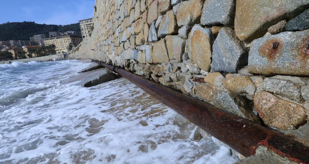 Le le mur de soutènement semble avoir souffert de la force des vagues. (Photos Michel Luccioni)