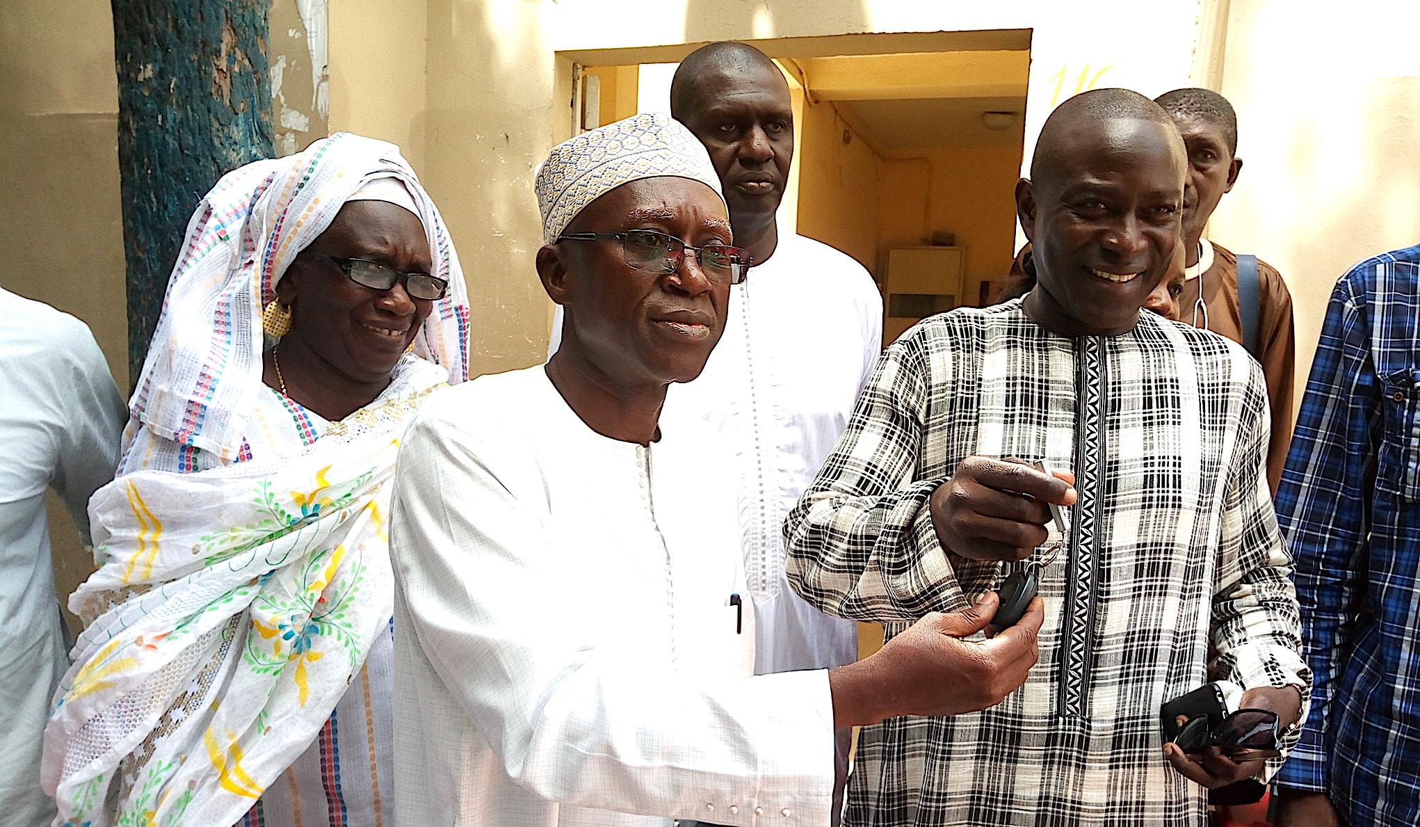 Mamadou Faye (à droite) remettant les clefs de l'ambulance