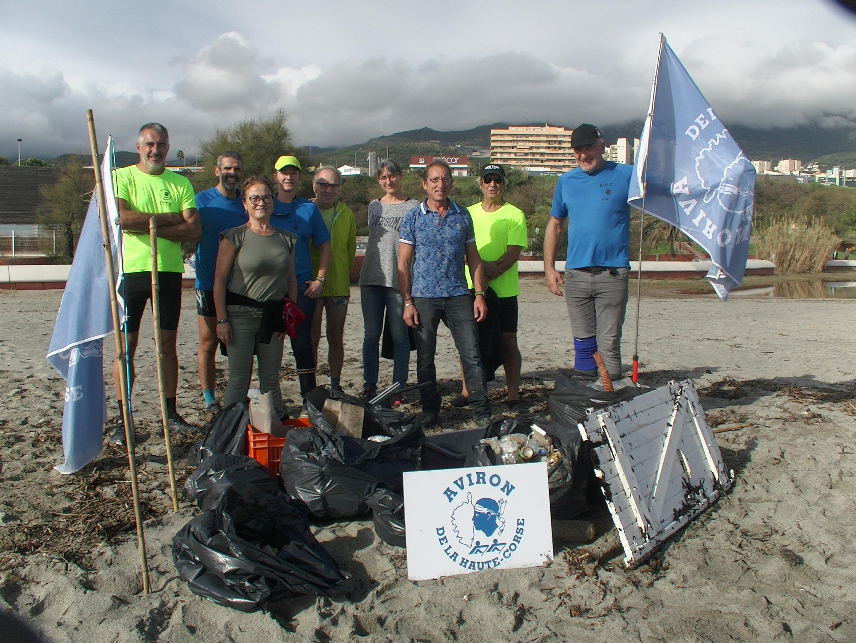 Bénévoles de CorSeaCare et licenciés de l'Aviron de la Haute-Corse ont nettoyé une partie de la plage de l'Arinella à Bastia