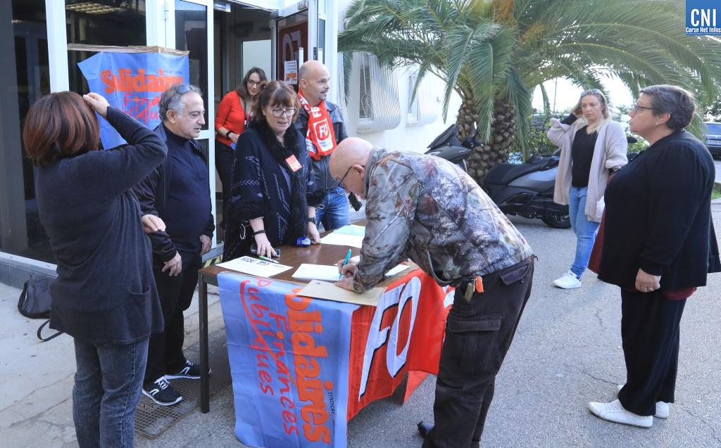 Action de sensibilisation devant le xentre des Finances d'Ajaccio; (Photos Michel Luccioni)