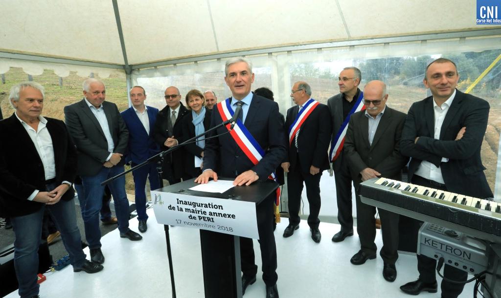 Xavier Lacombe entouré des nombreux élus qui ont asssité à l'inauguration de la mairie de Peri (Photo Michel Luccioni)