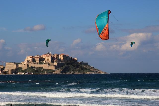 Le kitesurf est roi à Calvi