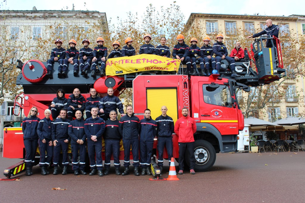 Les Sapeurs-Pompiers ont déployé la grande échelle pour soutenir le Téléthon à Bastia