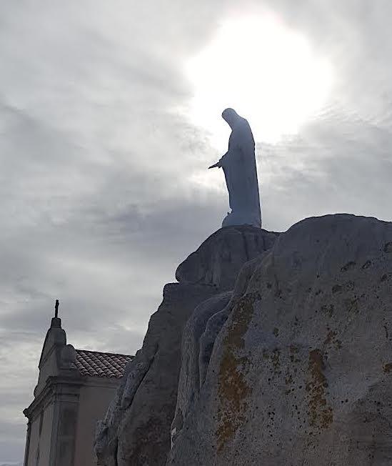 La photo du jour : Le Soleil perce les nuages au-dessus de Notre-Dame de la Serra