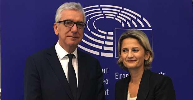 Francesco Pigliaru, président de la Région autonome de Sardaigne et Nanette Maupertuis, conseillère exécutive en charge des affaires européennes, présidente de l'Agence du tourisme, tous deux membres du Comité européen des régions, lors de la dernière session plénière, les 5 et 6 décembre, à Bruxelles