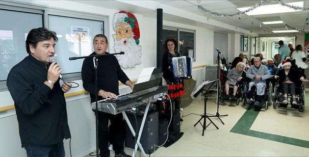 Joseph Scanavino, un des animateurs chanteur accompagné de Robert au piano et Céline à l'accordéon
