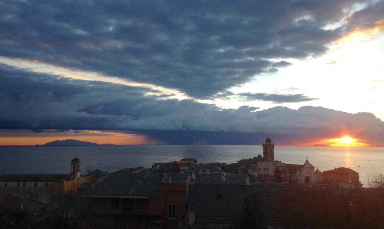 La photo du jour : Bastia entre l'Ile d'Elbe et Monte Cristo