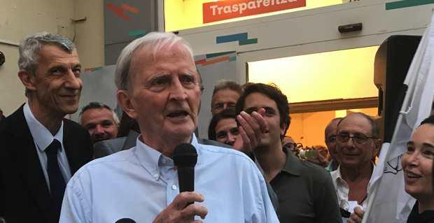 Edmond Simeoni en juin 2017 prenant la parole à Bastia après l'élection de trois députés nationalistes, dont son compagnon de route, Michel Castellani.