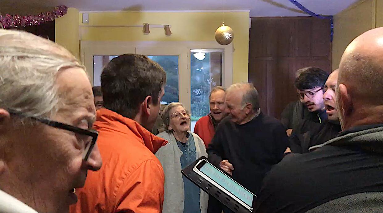 Lisula : I cunfratelli cantanu cù i residenti di l'Age d'Or