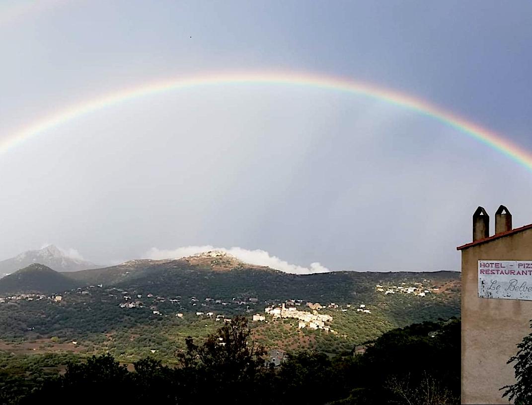La photo du jour : Arc-en ciel au-dessus du village de Sant'Antonino