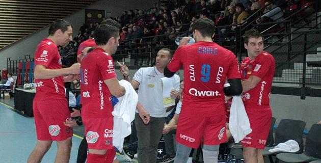Le coach du GFCA Volley partage son inquiétude avec les joueurs / Photo Marilyne Santi
