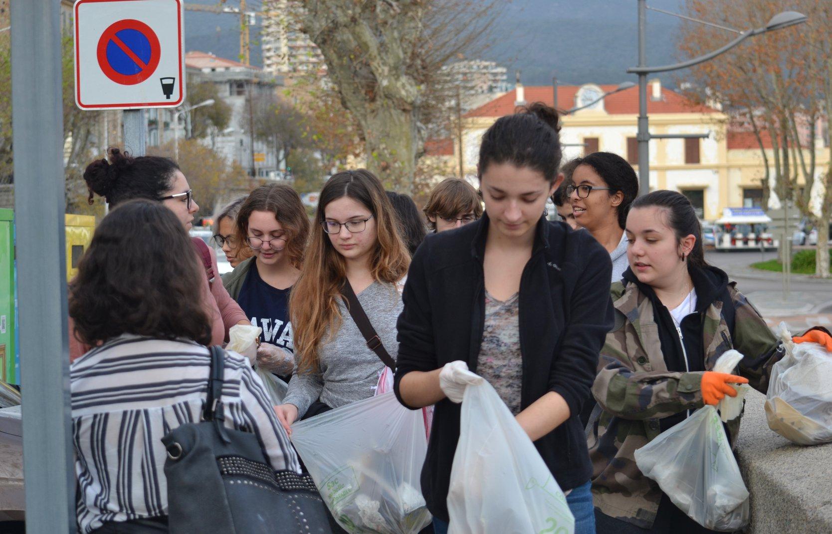 Clean Walk à Ajaccio : Un groupe de jeunes a nettoyé la rue Fesch et la vieille ville