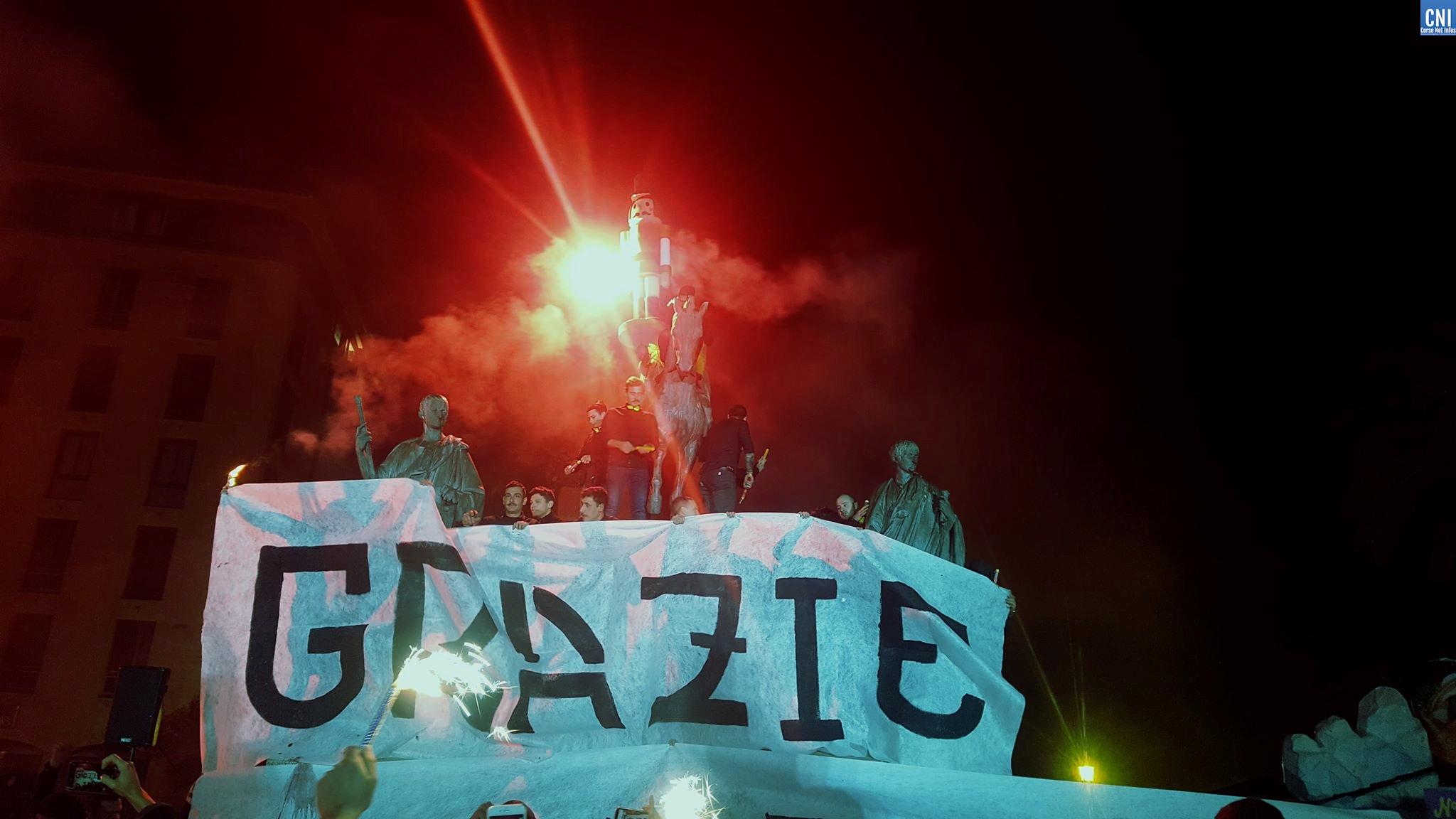 Les fumigènes ont éclairés la place du diamant dimanche soir / Photo Michel Luccioni