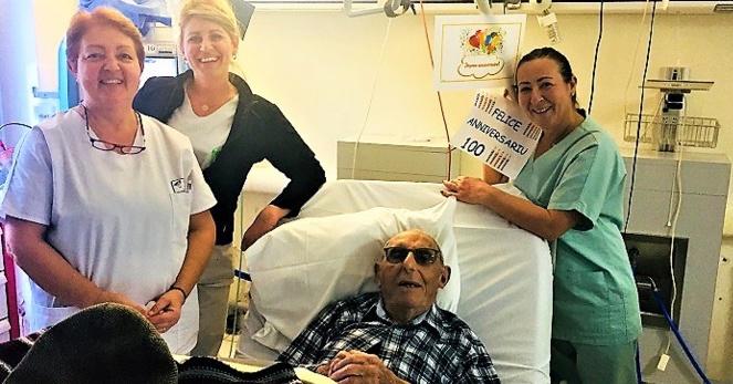 Cathy, Marie-France et Marilyne l'équipe de soins du service d'hémodialyse de l'hôpital d'Ajaccio entourent le nouveau centenaire
