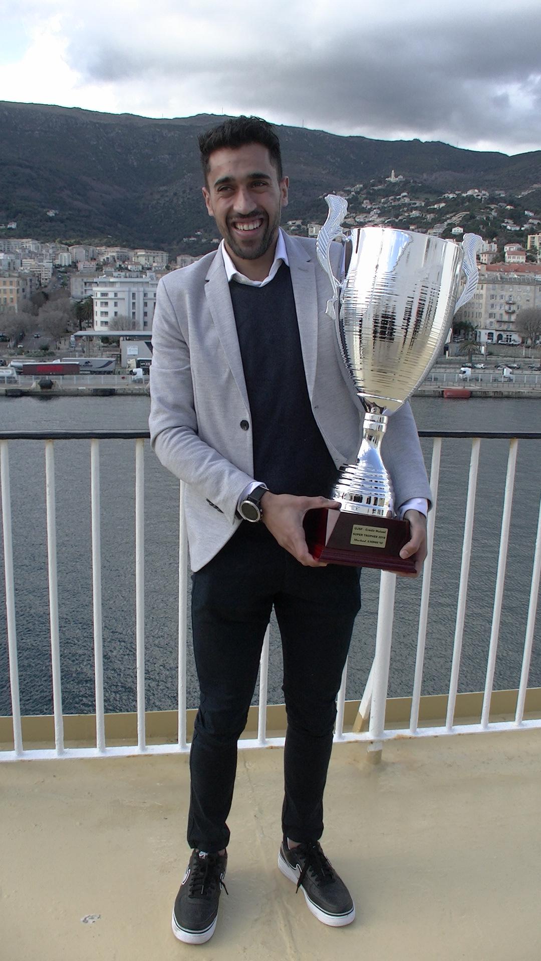 Le super trophée décerné à Morhad Amdouni, championnat d'Europe 2018 du 10 000 m et médaille de bronze du 5000m