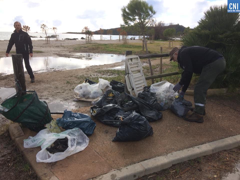 Les sacs de séchets collectés sur la plage de St Cyprien